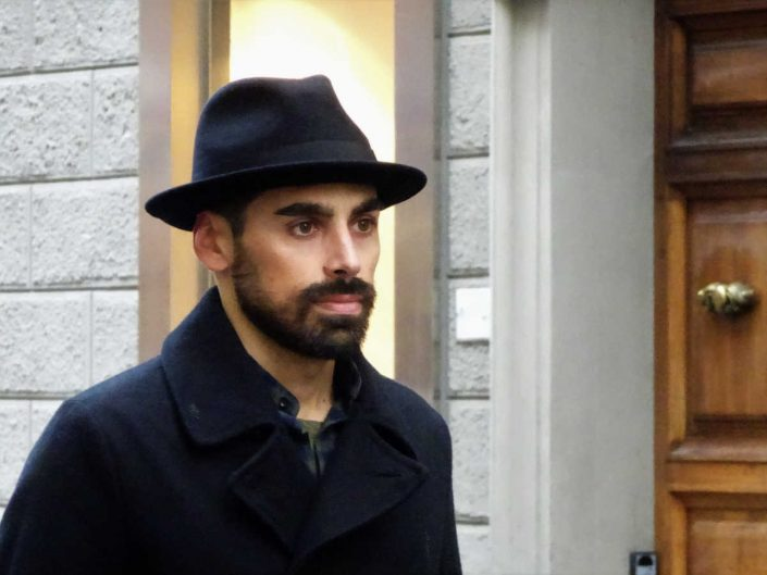 Un ragazzo indossa un cappello classico