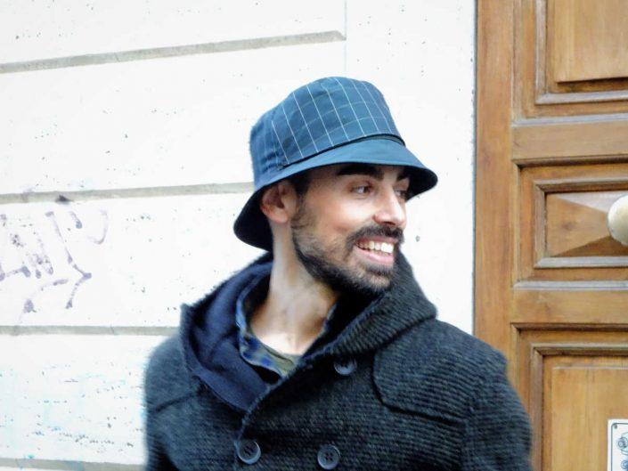 Un ragazzo indossa un cappello impermeabile per la stagione 17/18
