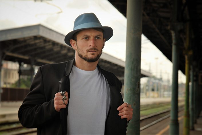 modello indossa cappello Rinaldelli alla Stazione di Livorno