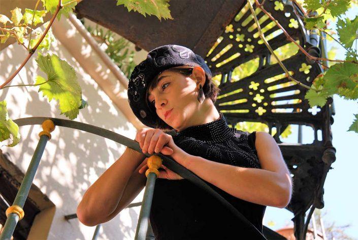 Ragazza indossa un basco nero con ricami