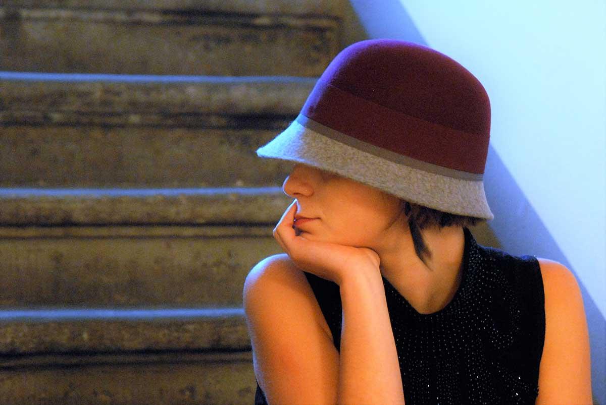 Ragazza indossa una cloche in feltro amaranto e grigio