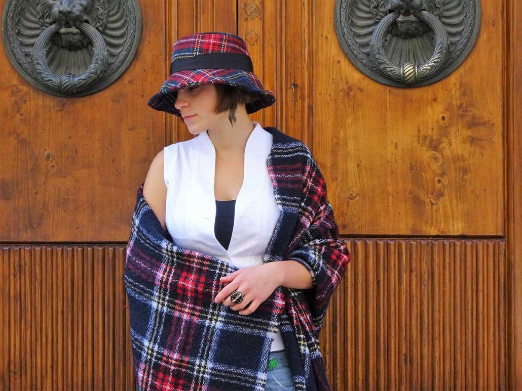 Una ragazza indossa cappello e stola in lana