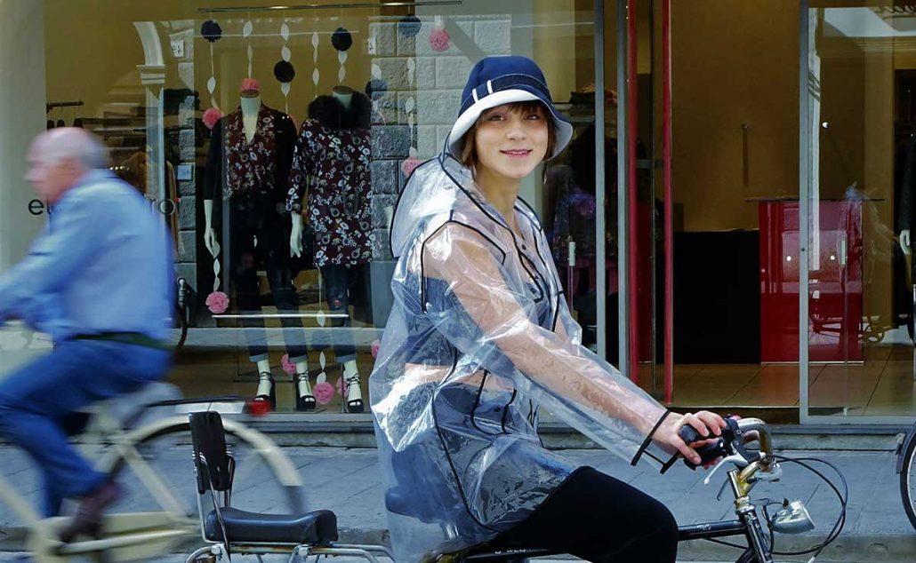 Una ragazza indossa un cappello impermeabile