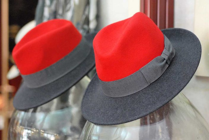 Cappello da uomo rosso e grigio