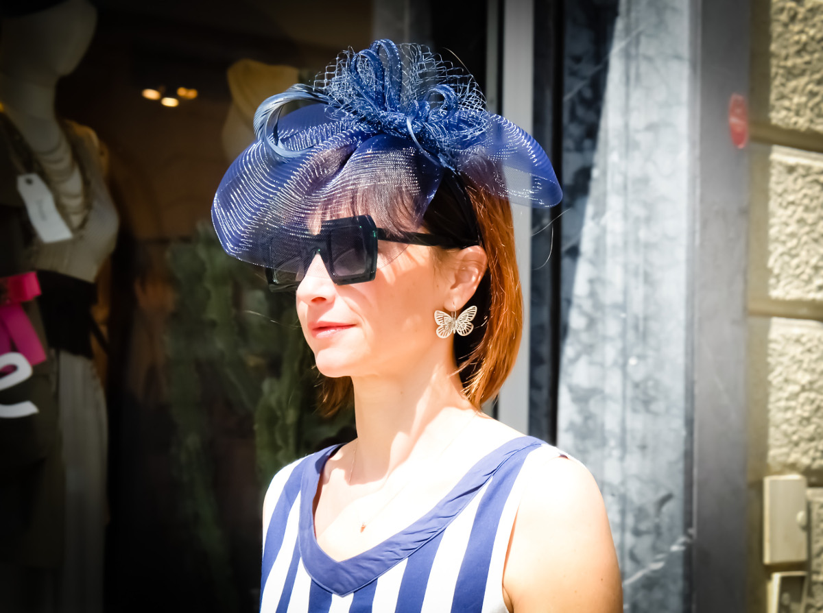 Fascinator bluette con veletta in tinta e sisal