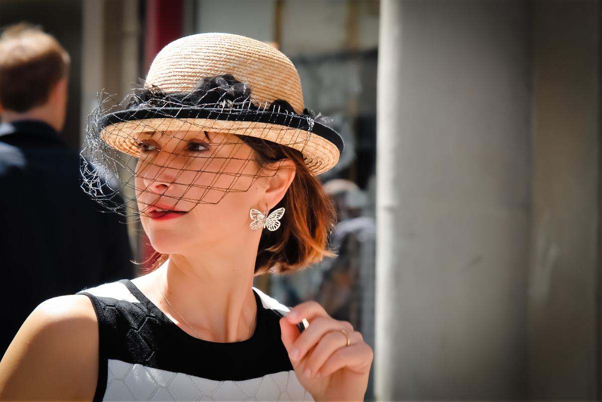 Cappello in paglia con fiori neri in seta a e veletta in tinta
